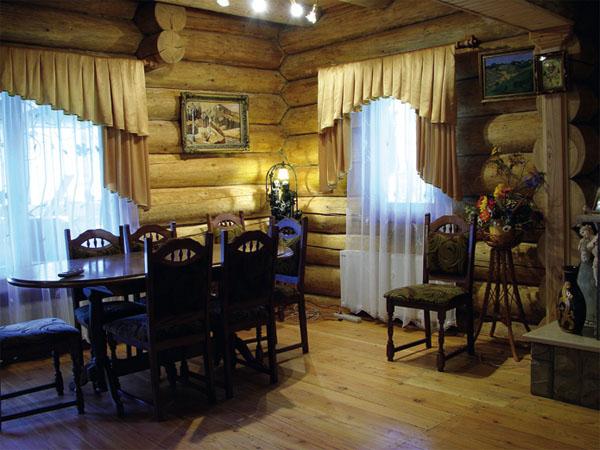 Здесь удобно собрать гостей за обеденным столом. Со стороны кухни легко передавать еду и напитки через окно
