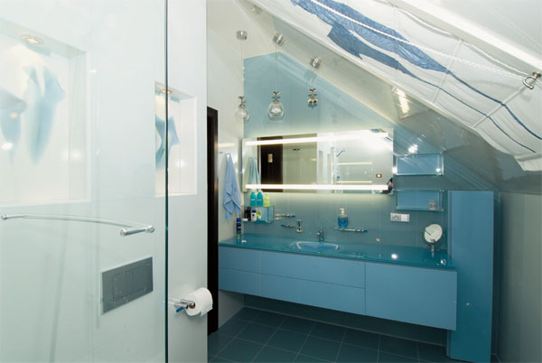 Доминирование бело-голубых оттенков в ванной подчеркивает тему воды