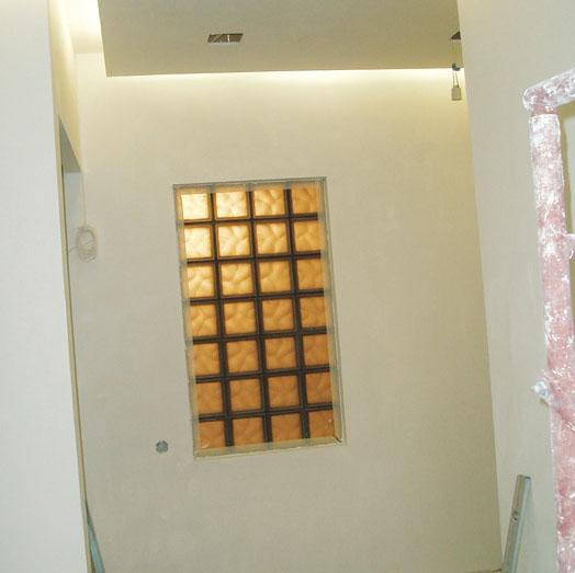 Стеклоблоки между коридором и санузлом (Фото: Елена Галич)