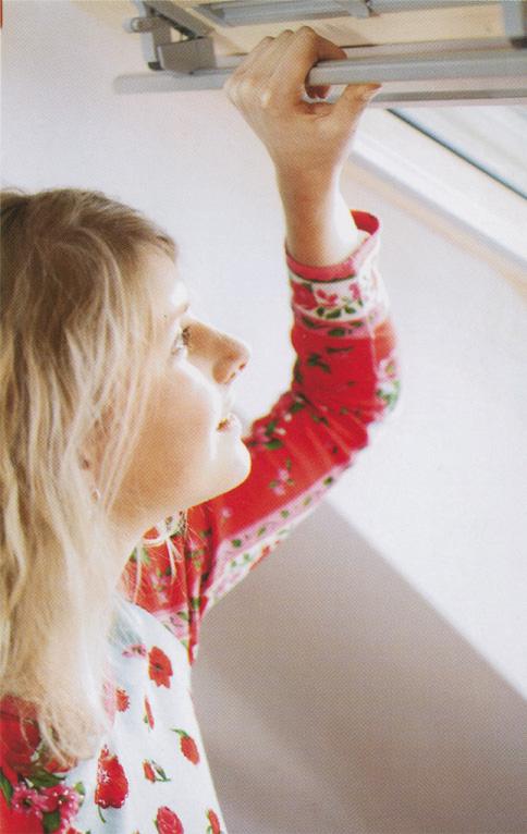 Удобная ручка, расположенная в верхней части окна, что безопасно для детей. Фото: VELUX