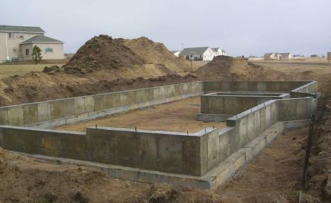 фундамент - основа строения; должен быть устойчивым и долговечным