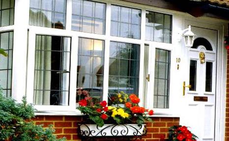окна и двери могут выполнять не только защитную, но и декоративную функцию