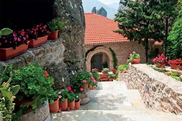 Если у подпорных стен большой объем, для их создания можно использовать бетон