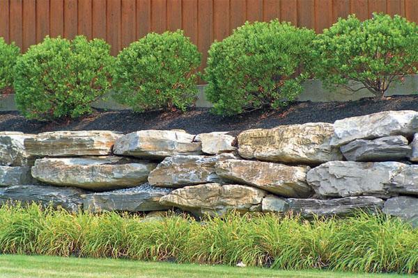 Особенно хороши для террасирования участка большие каменные глыбы