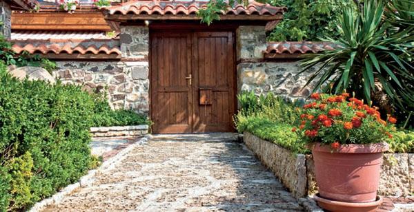 «Голую» каменную кладку можно облагородить вьющимися растениями