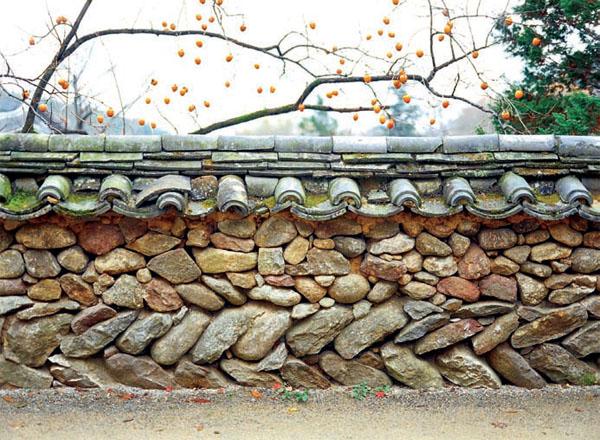 Для строительства рекомендуется использовать камень округлой или овальной формы. Хороший вариант – использование камней с плоской поверхностью