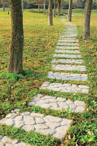 Швы на дорожках из каменных плит, засеянные травой, могут стать «изюминкой» «природного» стиля
