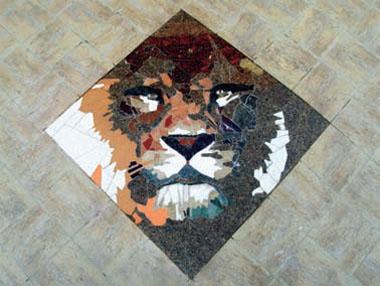 Лев из полированных плит