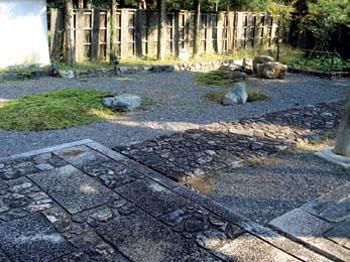 Гармоничное соединение в мощении дорожек нескольких видов камня