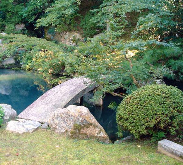 Каменый мостик, соединяющий линию водоема