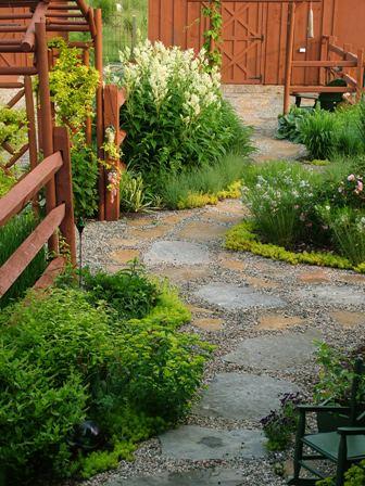 Садовая дорожка из гальки и камня